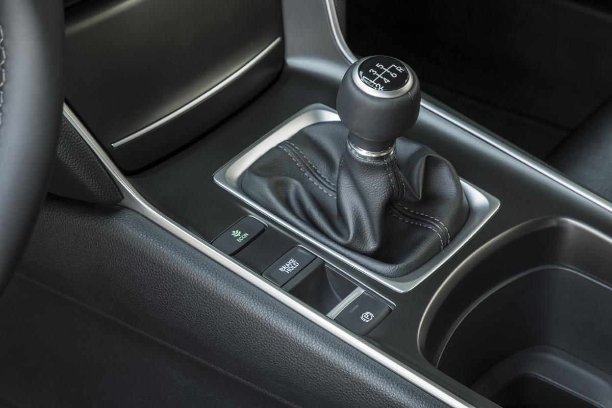 2018 Honda Accord Sport 2.0T, palanca de transmisión manual 6 velocidades